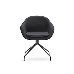 软垫栈桥皮椅 何塞·马丁内斯·梅迪纳  休闲椅