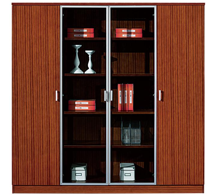 上图类似班台展示,以及配带的文件柜和班椅组合展示,营造比较现代的办公气息!   上图类似班台展示,以及配带的文件柜和班椅组合展示,营造比较现代的办公气息! 家具其他详细说明: 一、加工方式说明: 1. 将木材干燥至含水率低于12%以下; 2. 将木材制成各类样式的产品基材(白坯); 3. 将白坯进行砂光及用Sealer封闭,防止与外界进行水分交换; 4. 喷底漆,干燥后再进行砂光; 5. 在恒温、恒湿、高度防尘的面漆房喷涂面漆,应用最先进饱和漆工艺进行精心处理。 二、质量基本要求: 1. 台面平整,