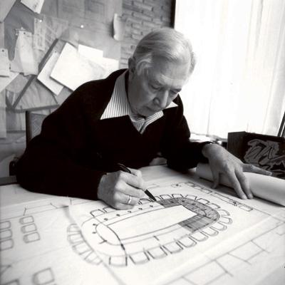 20世纪最伟大的家具设计师之一,丹麦设计师汉斯韦格纳(Hans J.Wegner)1914年生于安徒生的家乡Tonder,1929年,年仅15岁的汉斯韦格纳开始设计他的第一把椅子,最初他是一个细木工匠的学徒,并在两年后成为了一名技术纯熟的细木工匠。他在进入哥本哈根的工艺学院就读之前,已于1930年习得了家俱木工的相关技能。 韦格纳很快就离开学校进入Schoolof Artsand Crafts,1938年他成为设计师,并于1946年开始教书。1940年,他进入位于Arhus的Arne Jacobsen